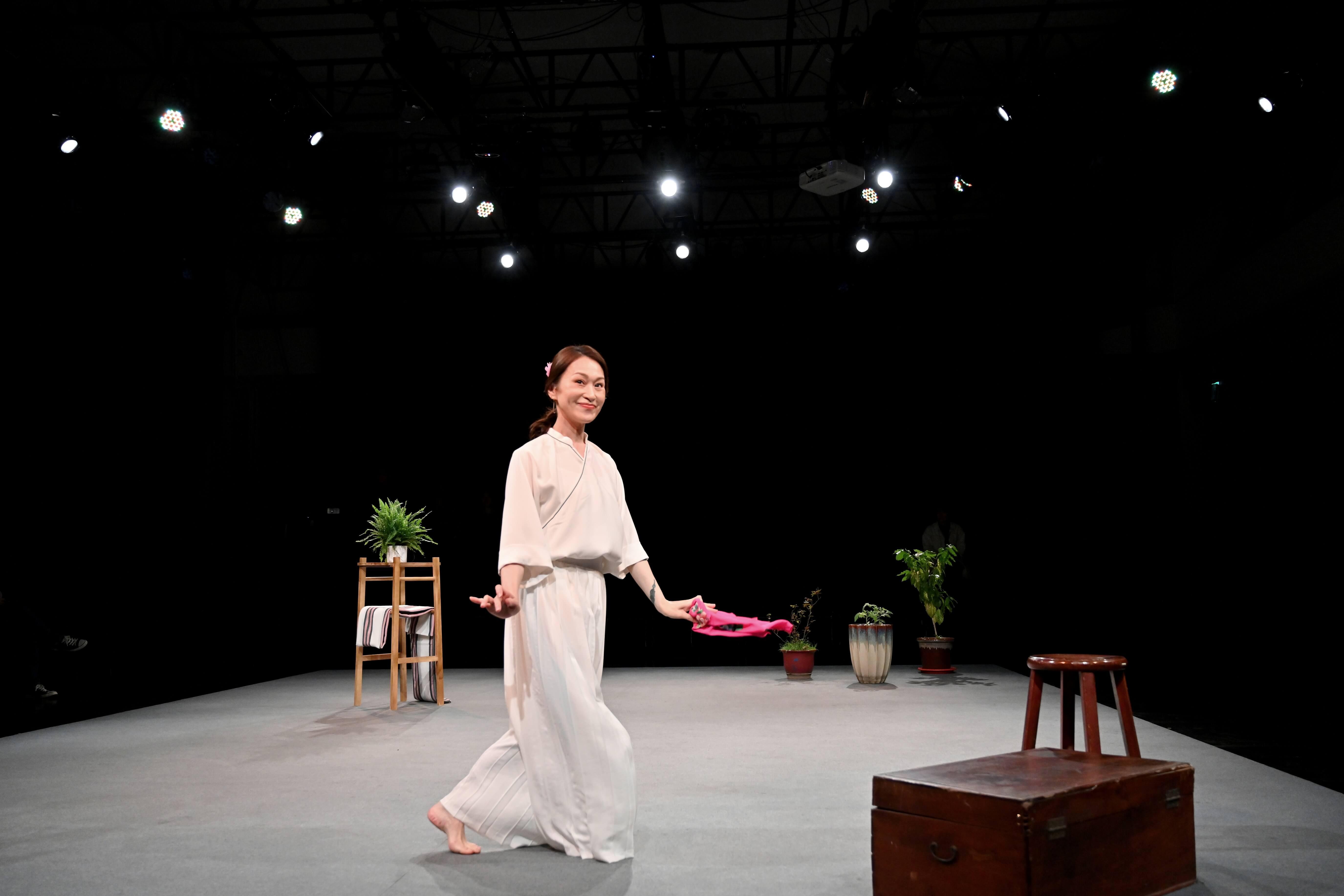 尋找失落的鄉愁:於劇場、於族群-《女子安麗》的儀式魂